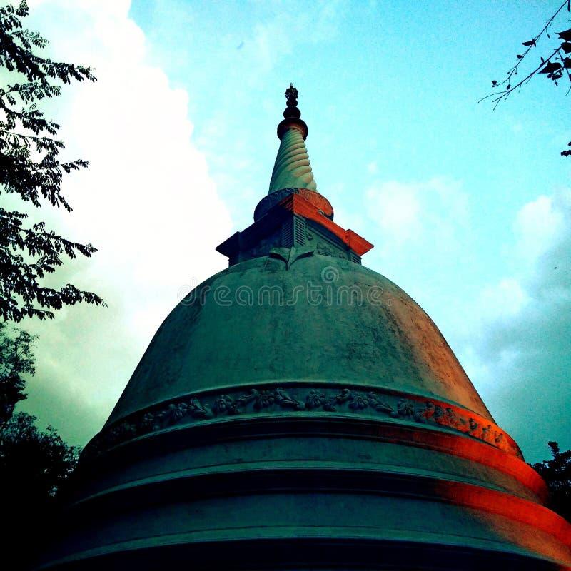 Skönhet för pagodSthupa enorm afton med färgrika moln fotografering för bildbyråer