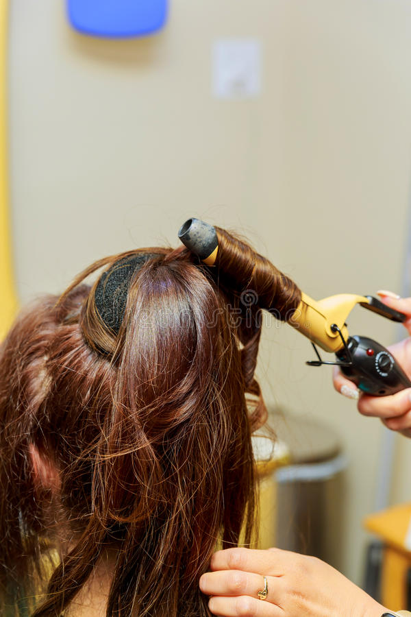skönhet-, frisyr-, föning- och folkbegrepp - som är nära upp av ung kvinna och frisör fotografering för bildbyråer
