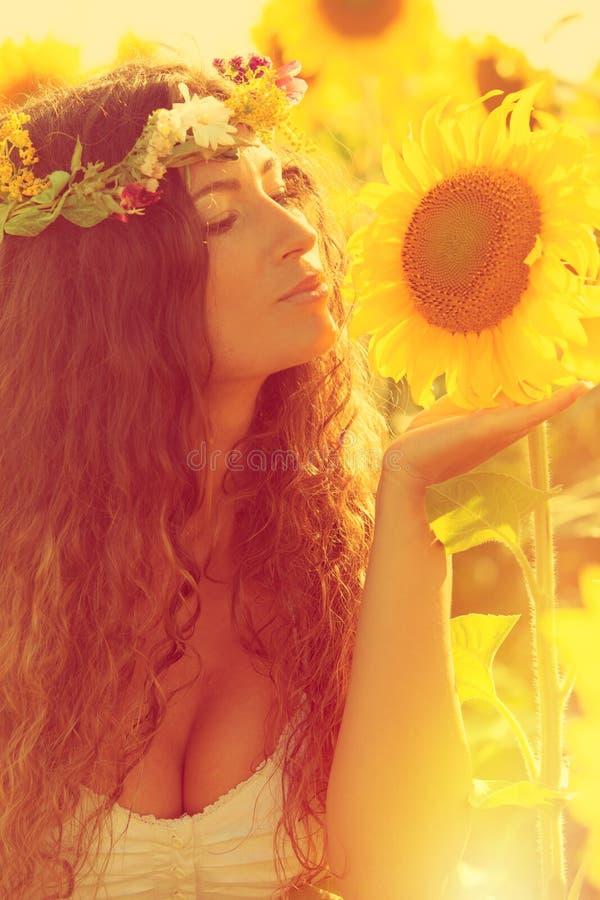 Skönhet i solrosfält arkivfoto