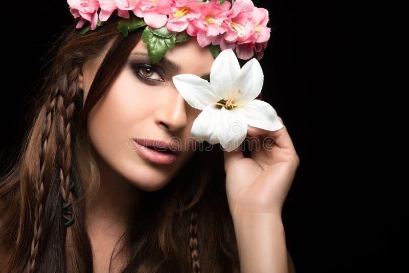 Skönhet i vårbegrepp Moderiktig blom- frisyr royaltyfri foto
