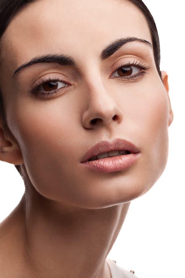 skönhet isolerad ståendewhite Härlig brunnsortkvinna Ren skönhetmodell Ren skönhetmodell Girl royaltyfri fotografi
