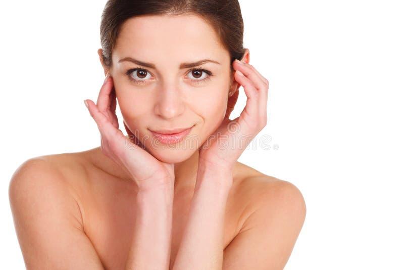 skönhet isolerad ståendewhite Härlig Spa kvinna som trycker på hennes framsida perfekt fotografering för bildbyråer
