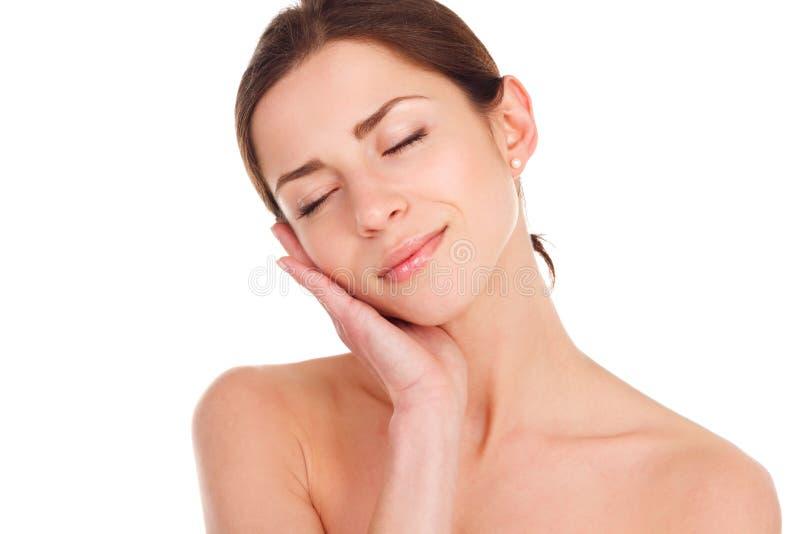 skönhet isolerad ståendewhite Härlig Spa kvinna som trycker på hennes framsida perfekt arkivfoto