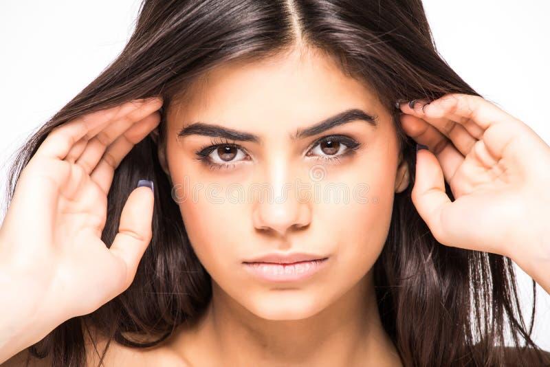 skönhet isolerad ståendewhite Härlig Spa kvinna som trycker på hennes framsida Perfekt ny hud som isoleras på vit bakgrund Ungdom royaltyfria foton