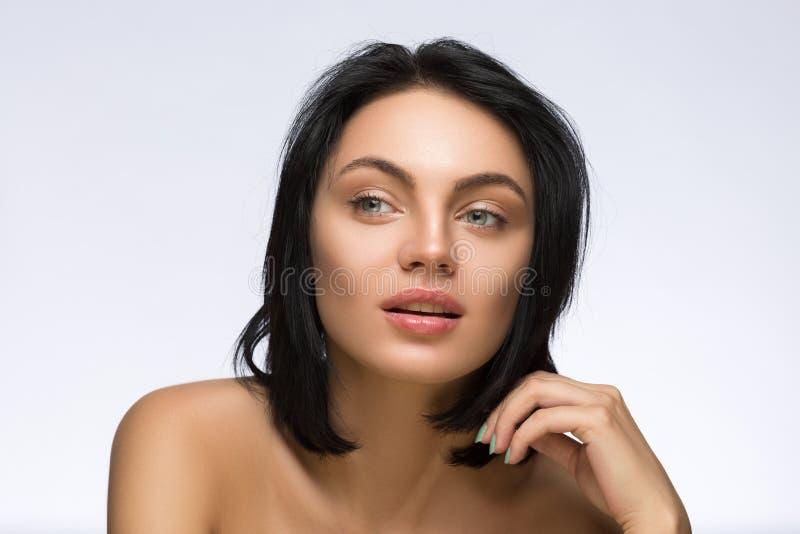 skönhet isolerad ståendewhite Härlig Spa kvinna som trycker på hennes framsida Ren skönhetmodell Ren modell Ungdom- och omsorgbeg arkivbilder