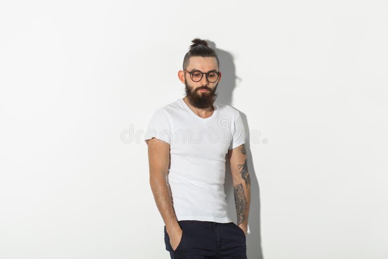 Skönhet, mode och folkbegrepp - kall man med skägget som poserar över vit bakgrund med kopieringsutrymme royaltyfri foto