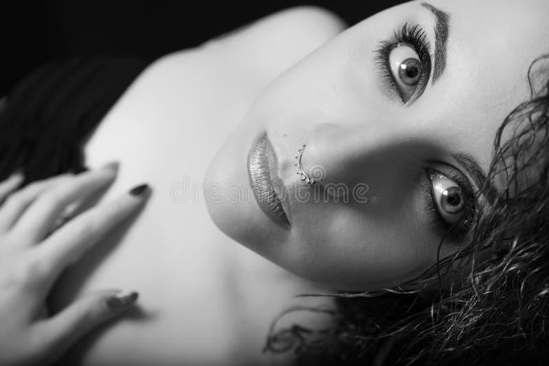 Skönhet nära framsida för ung kvinna för stående med makeup svart white arkivfoton