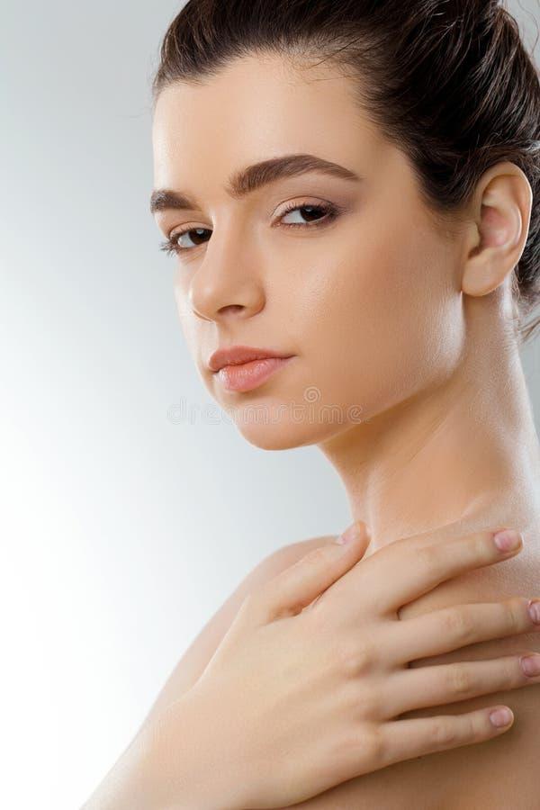 Skönhet och brunnsortbegrepp Härlig ung kvinna med rent nytt hudhandlag egna framsida Ansikts- behandling Flickakvinnlign med nat royaltyfria foton