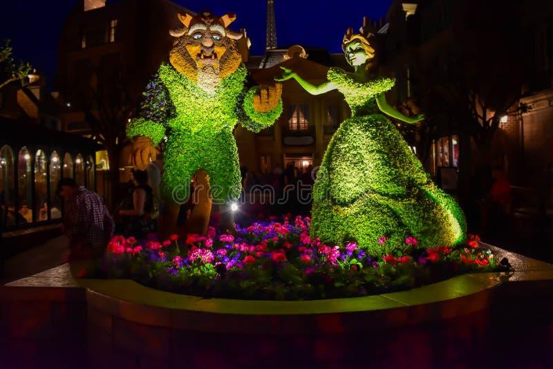 Sk?nhet- och f?topiaries p? nattbakgrund i den Frankrike paviljongen p? Epcot i Walt Disney World 2 arkivbilder