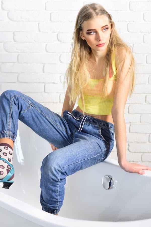 Skönhet- och modeblick av modemodellen Dana ståenden av kvinnan Höftflygturflicka med trendigt hår Hipsterkvinna royaltyfri fotografi