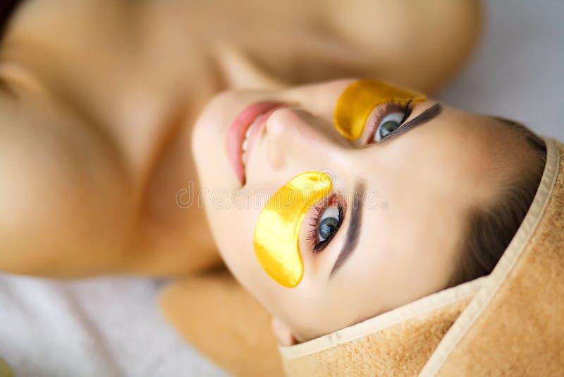 Skönhet och omsorg Flicka med härlig hud i skönhetsalong rent royaltyfri foto