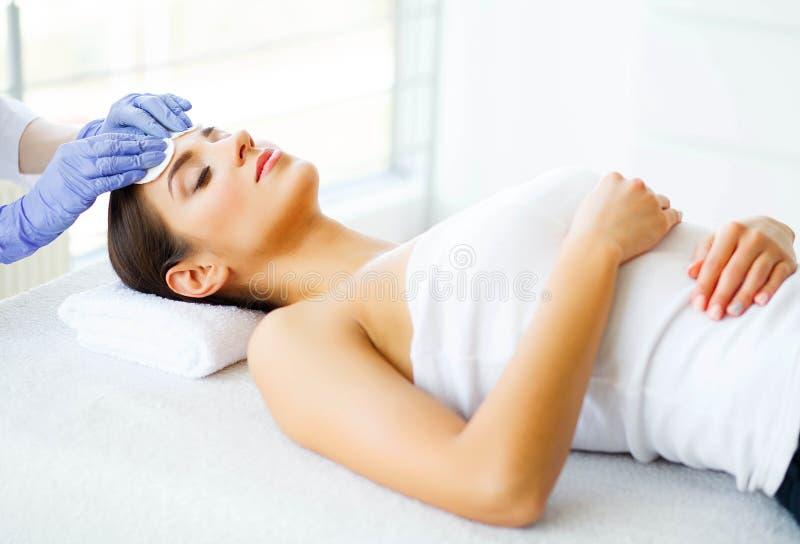 Skönhet och omsorg Ung flicka med ren hud i den Spa salongen Kvinna som kopplar av och ligger med stängda ögon Hög upplösning royaltyfria foton