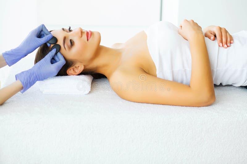 Skönhet och omsorg Ung flicka med ren hud i den Spa salongen Kvinna som kopplar av och ligger med stängda ögon Hög upplösning royaltyfria bilder