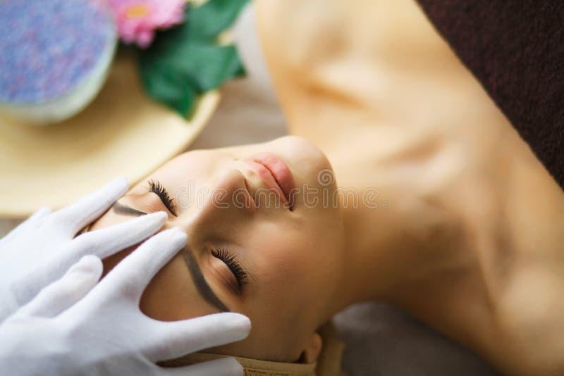Skönhet och omsorg Ung kvinna som ligger på massagetabeller i Spa Salo royaltyfri fotografi