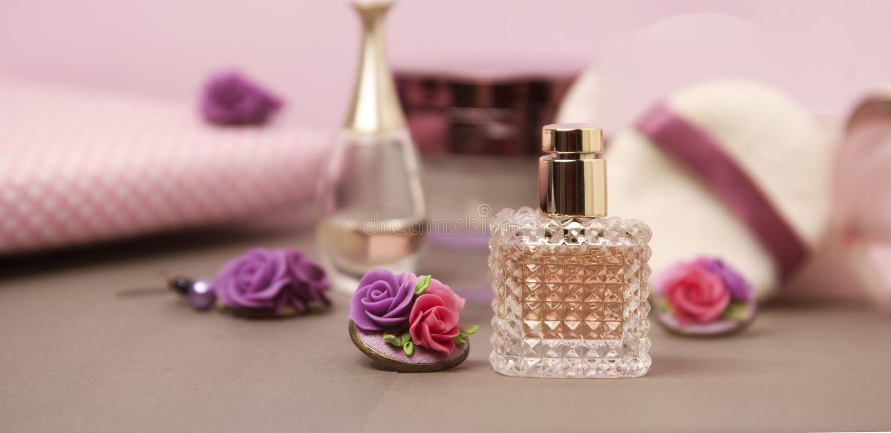 Skönhet och skönhetsmedelbegrepp Doftflaskor, cosmetcis, pulver och borstar Rosa bakgrund kopiera avstånd baner royaltyfri fotografi
