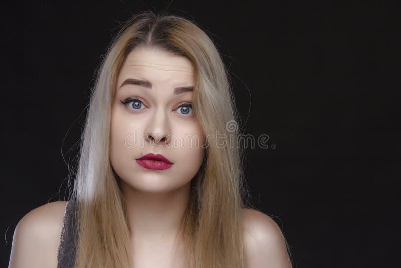 Skönhet, smink och folkbegrepp - lycklig skratta ung kvinna med röd läppstift över vit bakgrund royaltyfri bild