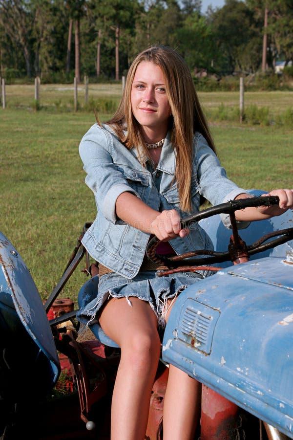 skönhet som kör traktoren arkivfoton