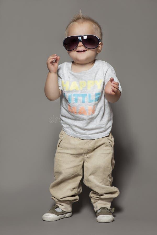 Skönhet som ler barnpojken i solglasögon royaltyfri fotografi
