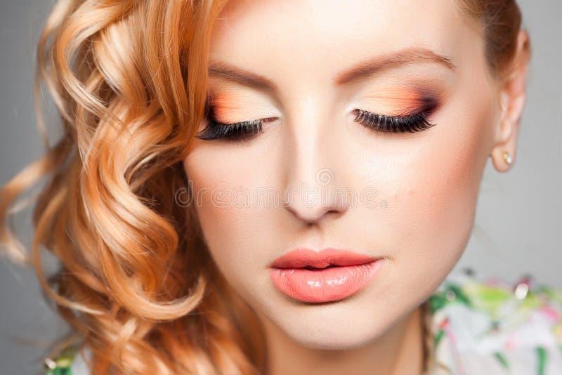Närbilden av yrkesmässigt synar smink på härlig blond kvinna fotografering för bildbyråer