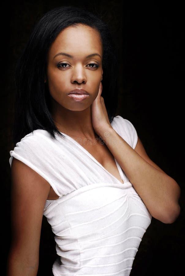 Skönhetafrikansk amerikankvinna som poserar och vänder mot framdelen arkivbild