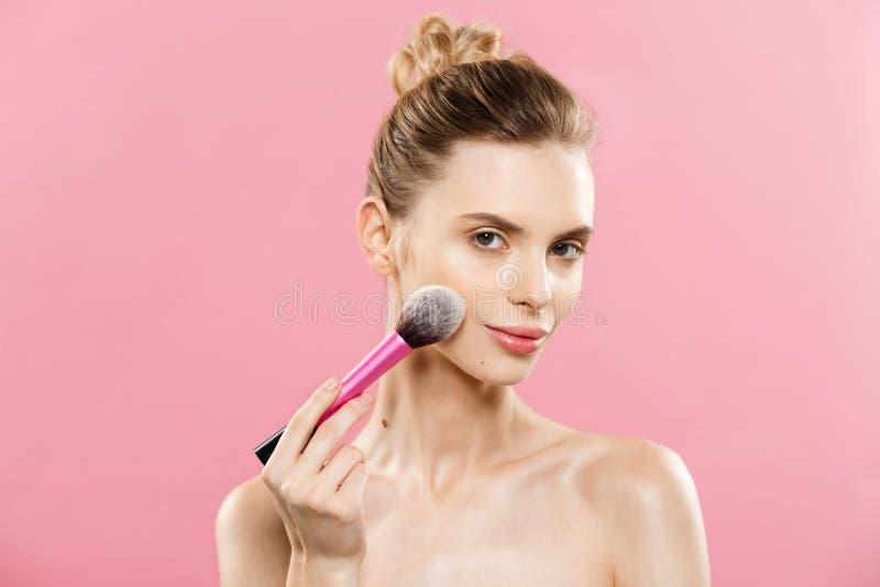 Skönhetbegrepp - härlig caucasian kvinna för Closeup som applicerar makeup med den kosmetiska pulverborsten perfekt hud På arkivfoto