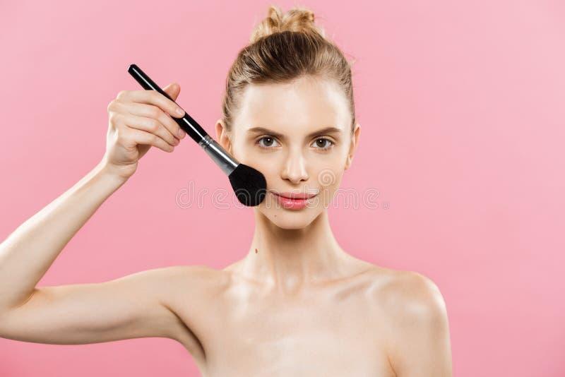 Skönhetbegrepp - härlig caucasian kvinna för Closeup som applicerar makeup med den kosmetiska pulverborsten perfekt hud På royaltyfria bilder