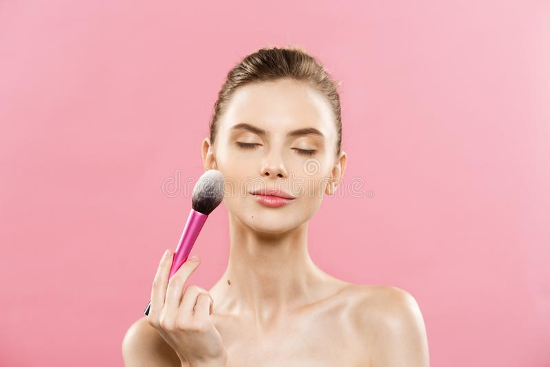 Skönhetbegrepp - härlig caucasian kvinna för Closeup som applicerar makeup med den kosmetiska pulverborsten perfekt hud På royaltyfri fotografi