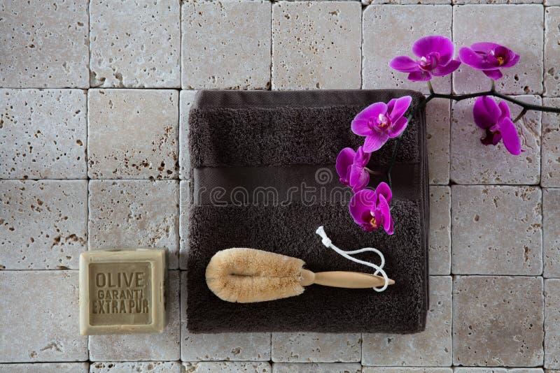 Skönhetbegrepp med luffasvampkroppborsten på kalksten för exfoliation royaltyfri bild