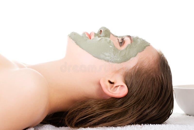 Skönhetbehandling i brunnsortsalong. Kvinna med den ansikts- leramaskeringen. fotografering för bildbyråer