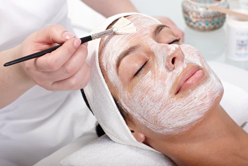 Skönhetbehandling på beauticianen royaltyfria foton