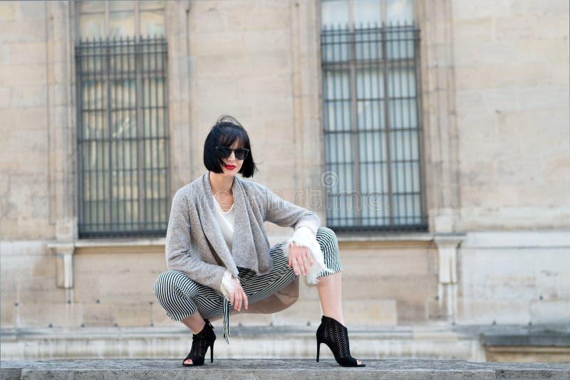Skönhetblick, smink Den sinnliga kvinnan poserar på höga häl i paris, Frankrike, mode Mode tillbehör, mode Kvinna med brunett arkivbilder