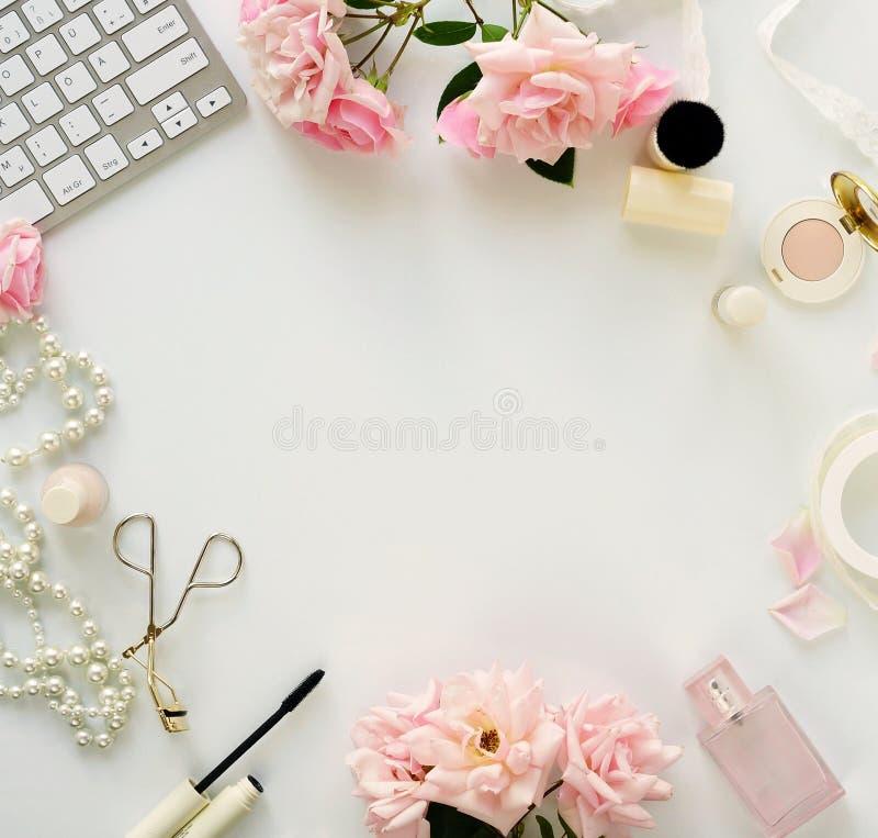 Skönhetbloggbegrepp Kvinnlig sminktillbehör och rosor royaltyfri bild