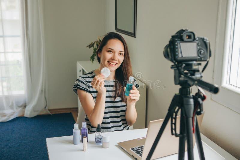 Skönhetbloggeren visar hur man gör makeup royaltyfri bild