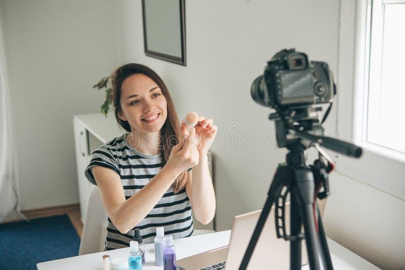 Skönhetbloggeren visar hur man gör makeup fotografering för bildbyråer