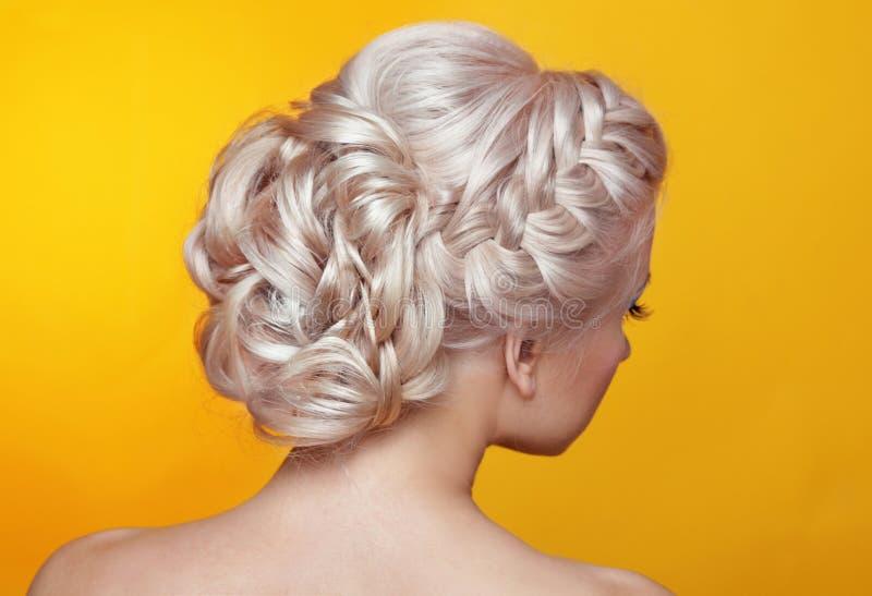 Skönhetbröllopfrisyr Brud Blond flicka med styl för lockigt hår royaltyfri fotografi