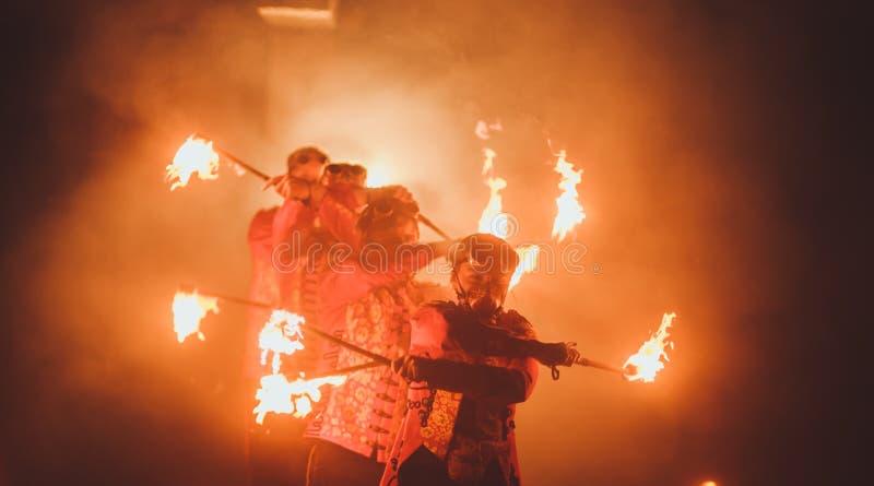 Skönhetbrandshow i mörkret fotografering för bildbyråer