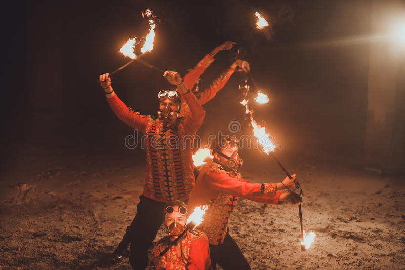 Skönhetbrandshow i mörkret royaltyfri foto