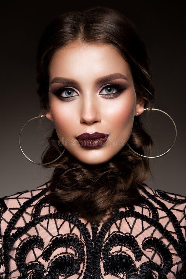 Skönhetbrunettkvinna med perfekt makeup Härligt yrkesmässigt feriesmink arkivfoto