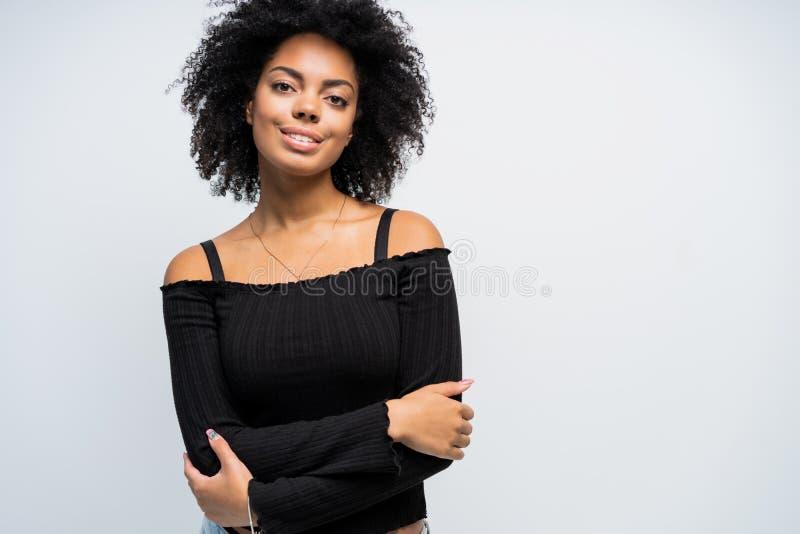 Skönhetcloseupstående av den unga afrikansk amerikanflickan med afro se för kameraflicka royaltyfria bilder