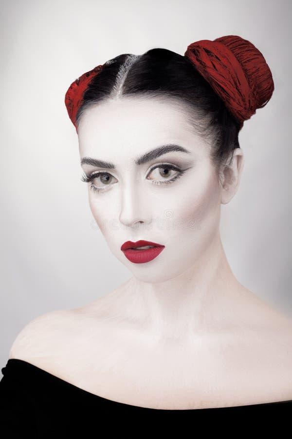 SkönhetCloseupstående av den unga härliga kvinnabrunettflickan med konstmakeup royaltyfri bild