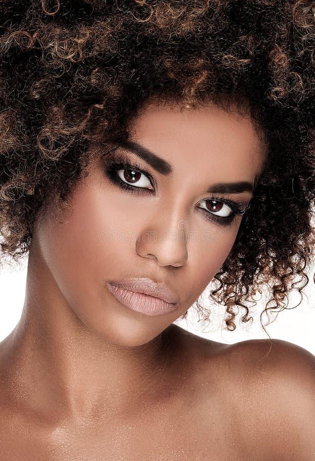 Skönhetcloseupstående av flickan med afro arkivfoton