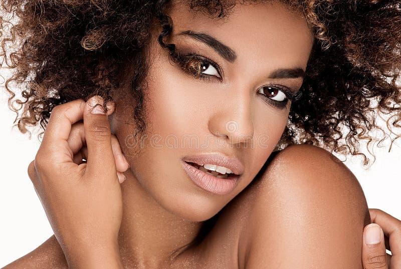 Skönhetcloseupstående av flickan med afro royaltyfri bild