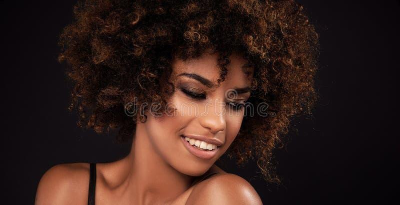 Skönhetcloseupstående av flickan med afro fotografering för bildbyråer