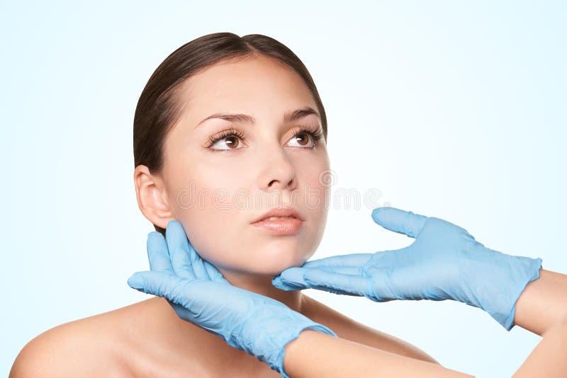 Skönhetcosmetologyframsida Ansikts- stående för flicka Hydrakräm och injektion Kvinnlig modell för dermatologi 15 woman young royaltyfria bilder