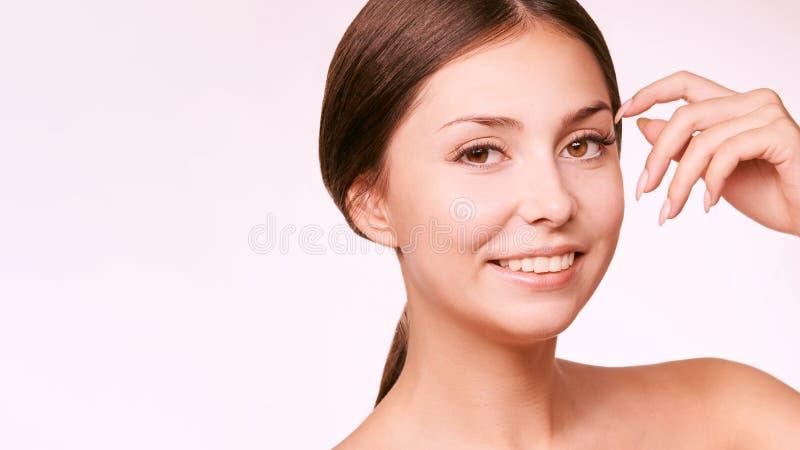 Skönhetcosmetologyframsida Ansikts- stående för flicka Hydrakräm och injektion Kvinnlig modell för dermatologi 15 woman young arkivbilder
