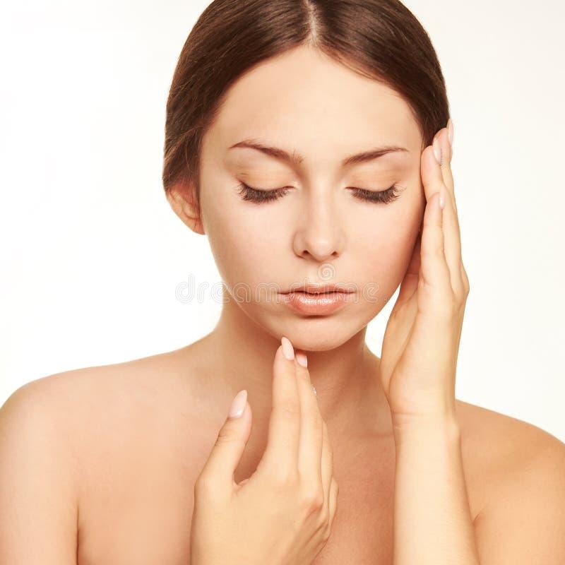 Skönhetcosmetologyframsida Ansikts- stående för flicka Hydrakräm och injektion Kvinnlig modell för dermatologi 15 woman young arkivfoton