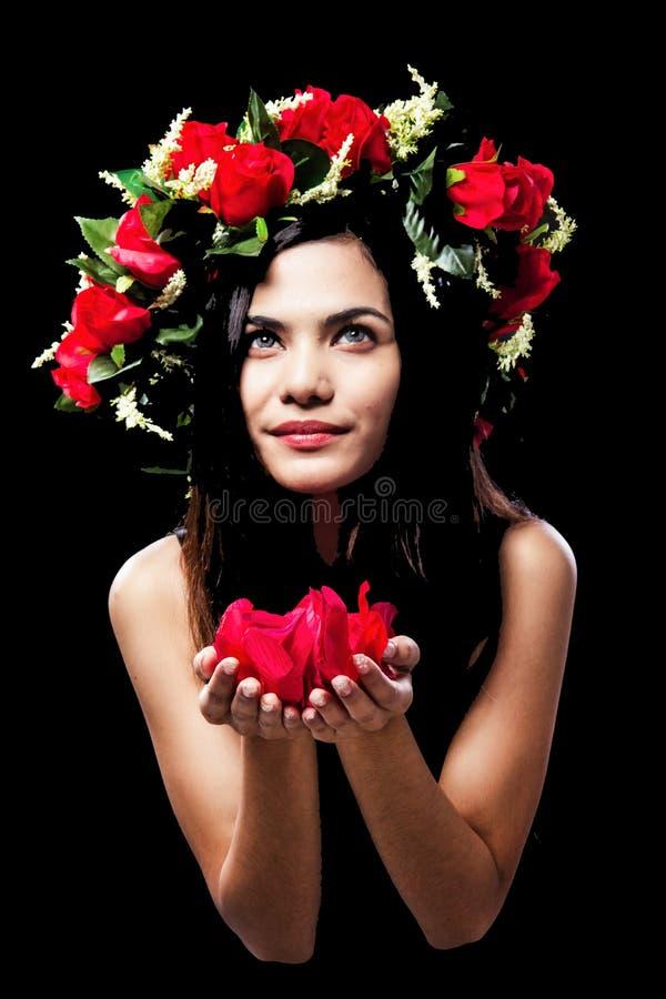 Skönhetdamen bär roskronan på hennes huvud, rosa kronblad i händer royaltyfri fotografi
