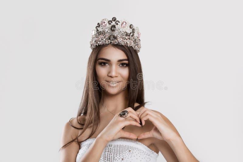 Skönhetdrottning som uttrycker förälskelse Nätt romantisk ung flickadanande royaltyfri fotografi