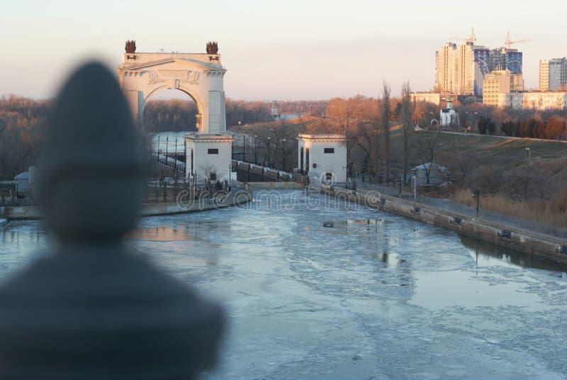 Skönheten av kanalen och vattnet Ögat jublar arkivfoto