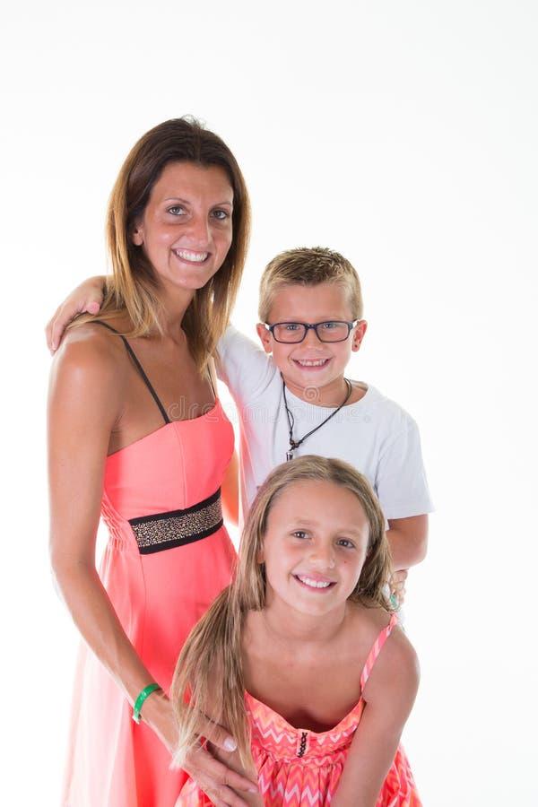 Skönhetfamiljmoder med sonpojken och dotterflickan i vit bakgrund royaltyfria foton